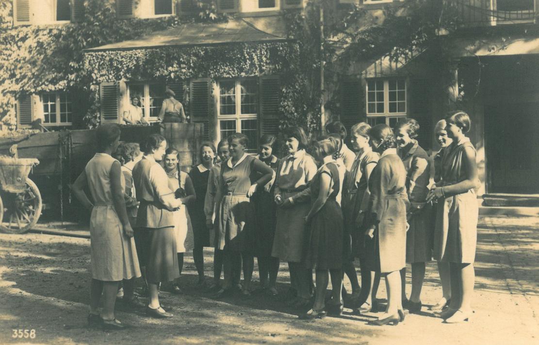 Elisabeth von Thadden mit einer Schülerinnengruppe vor dem Schloss